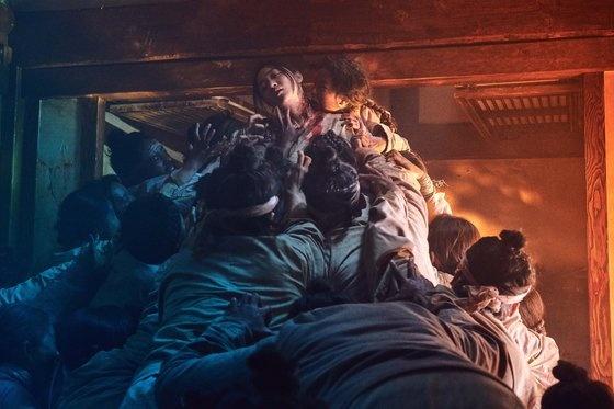 넷플릭스가 올해 1월 공개할 예정인 6부작 드라마 <킹덤>의 한 장면. 웬만한 기존 TV 대작 못잖게 회당 10~20억원대 이상의 거액의 제작비가 투입되어 화제를 모으고 있다.