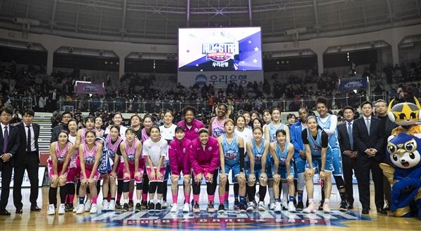 단체사진 찍는 올스타전 참석자들 6일 오후 서울 장충체육관에서 열린 '우리은행 2018-2019 여자프로농구 올스타전 핑크스타 대 블루스타 경기. 경기 후 참석자들이 단체사진을 찍고 있다.