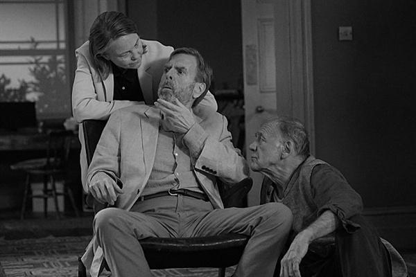 영화 <더 파티> 스틸 컷. 영화는 오랜 지인들 사이에 감춰진 비밀이 하나 둘 폭로되며 긴장이 증폭되는 전형적인 실내극의 구조를 가졌다.