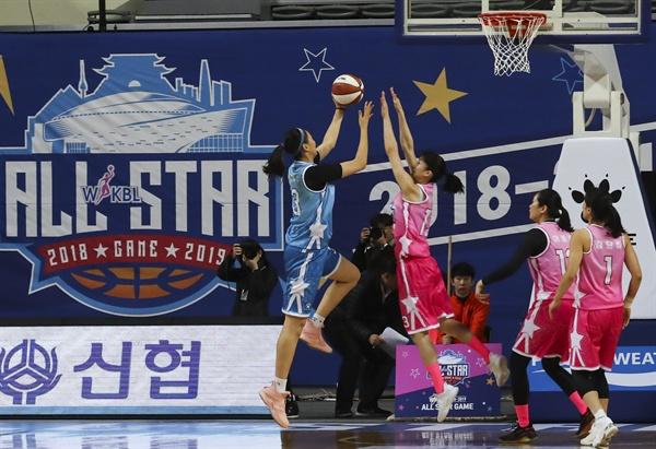 여자프로농구 올스타전 6일 오후 서울 장충체육관에서 열린 '우리은행 2018-2019 여자프로농구 올스타전 핑크스타 대 블루스타 경기. 블루스타 박지수가 슛을 하고 있다.