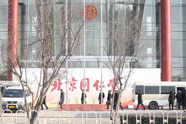 김정은 북한 국무위원장의 중국 방문 사흘째인 9일 김 위원장과 북측 수행단이 베이징 동남쪽 베이징경제기술개발구 내 중국 유명 제약회사인 동인당(同仁堂)을 방문했다. 사진은 동인당 참관을 마치고 이동하는 북중 관계자들의 모습.
