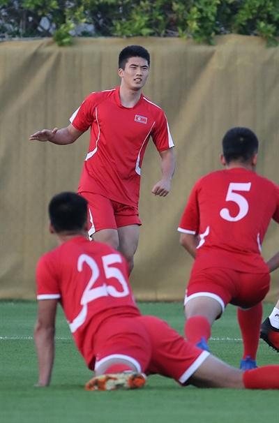 몸 푸는 북한 한광성 2019 아시아축구연맹(AFC) 아시안컵에 출전 중인 북한 축구대표팀 한광성(이탈리아 페루자)이 5일 오후(현지시간) 아랍에미리트 두바이SSAD 알 맘자르 훈련장에서 몸을 풀고 있다.