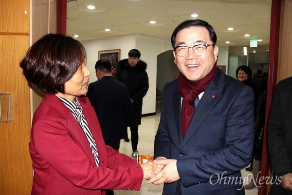 1월 9일 창원시청 대회의실에서 열린 '일본군 위안부 할머니 인권과 정의를 위한 새해 맞이' 행사에 참석한 허성무 창원시장이 이경희 일본군위안부할머니와함께하는 마창진시민모임 대표를 만나 인사를 나누고 있다.
