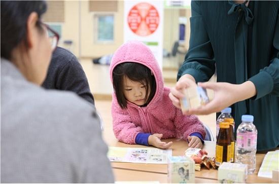 에너지효율화를 위해서는 시민참여와 교육도 중요하다. 서울 하계동 노원에너지제로주택 다목적실에서 지난해 10월 20일 열린 '우리 동네 에너지포럼' 행사에서 한 어린이가 어머니와 함께 에너지절약을 내용으로 큐브를 만들고 있다.