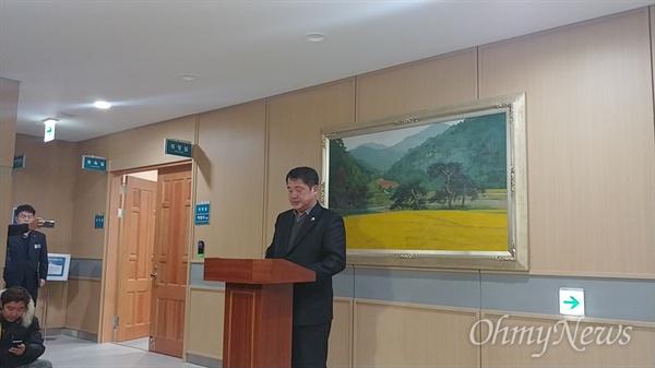 이형식 예천군의회 의장이 8일 오후 6시쯤 기자회견을 갖고 해외연수에서 가이드를 폭행해 물의를 빚은 박종철 의원을 제명하고 의장직을 사퇴하겠다고 약속했다.