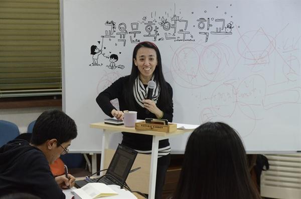 교육문화연구학교는 매시간 배움터경당 학생들이 화이트보드를 직접 꾸민다.