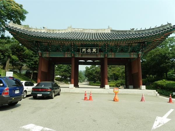 경희궁 정문. 서울 광화문광장 이순신 동상에서 서쪽으로 도보 10분 거리에 있다.