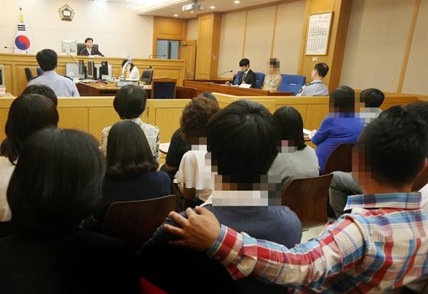 학교폭력 등의 문제를 일으켜 관심이 요구되는 청소년들이 27일 오후 서울남부지방법원 방문, 절도혐의로 기소된 소년범 재판을 방청하고 있다. 이날 재판 방청은 학교에서 문제를 일으킨 중ㆍ고등학생들이 실제 소년범 재판 과정을 지켜보고 잘못을 뉘우치게 하자는 취지로 마련됐다. 2013.6.27