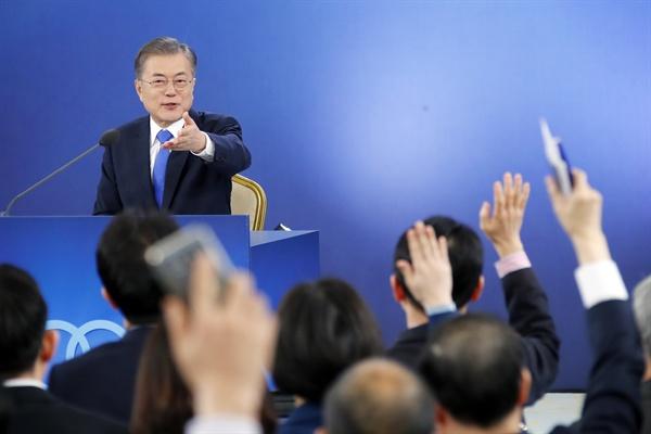 문 대통령 '질문하세요' 문재인 대통령이 10일 오전 청와대 영빈관에서 열린 신년 기자회견에서 손을 든 기자 중에서 질문자를 지명하고 있다.