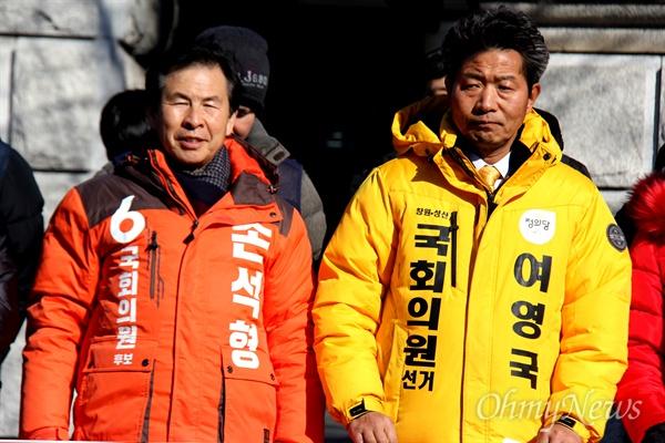 4월 3일 치러지는 '창원성산' 국회의원 보궐선거에 나선 민중당 손석형 예비후보와 정의당 여영국 예비후보가 노동자들이 가진 한 기자회견에 참석해 나란히 서 있다.