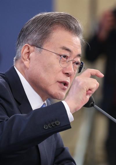 문재인 대통령이 10일 오전 청와대 영빈관에서 열린 2019년 신년 기자회견에서 북한 비핵화 관련 질문을 받은 뒤 답변하고 있다