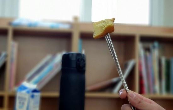덩치가 아주 작은 서울의 한 초등학교 4학년생이 학교 급식 중 음식을 젓가락으로 찍어먹고 있다.