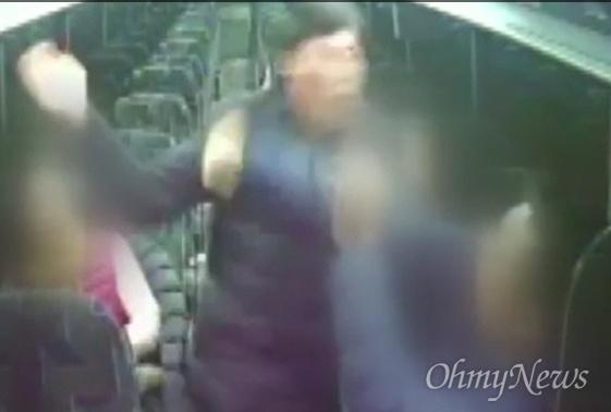 지난해 12월 23일 해외연수 도중 버스 안에서 가이드를 폭행하는 박종철 예천군의원 모습.