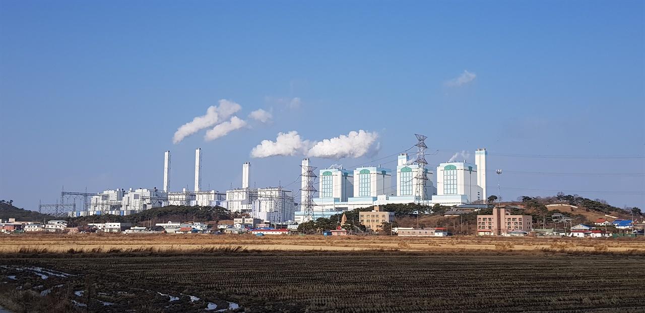 당진화력발전소 당진시 석문면에 위치한 당진화력발전소 사진 우측부터 노후석탄화력발전기다.