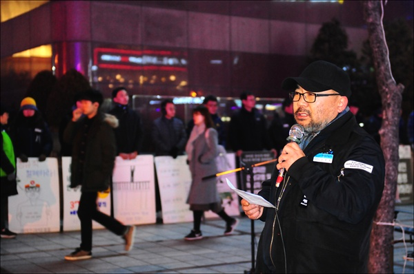 김호경 대전세종충남지역 일반지부장이 울먹이며 발언을 하고 있다.