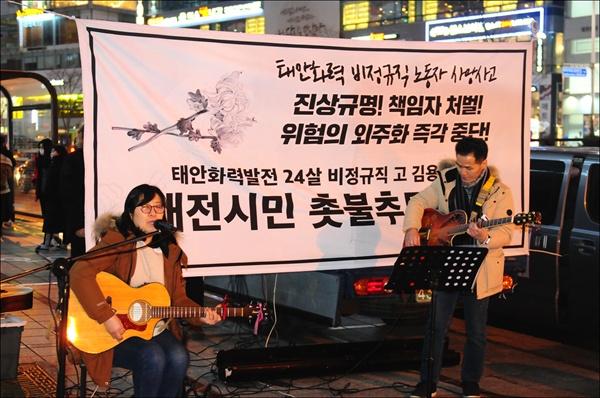 이경섭(왼쪽), 박홍순씨가 노래 공연을 하고 있다.