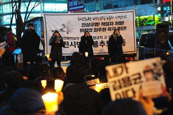 """대전청년회 노래모임 '놀'이 노래공연을 하고 있다. 신윤실 씨(왼쪽 3번째)는 노래 중간 발언을 통해 """"결국은 법을 바꿔야 하는 것이 아니라, 비정규직이 문제다""""고 강조했다."""