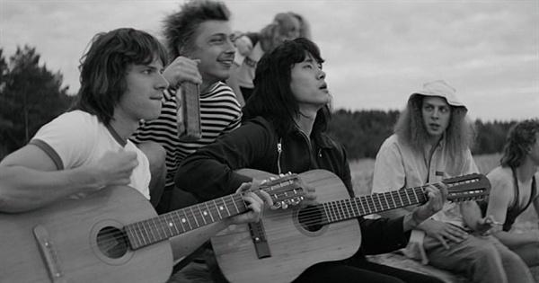<레토>는 러시아 록의 상징 빅토르 최의 발자취를 추적하며 그 주위 아름다웠던 1980년대 소련 언더그라운드 뮤지션들을 다룬다.