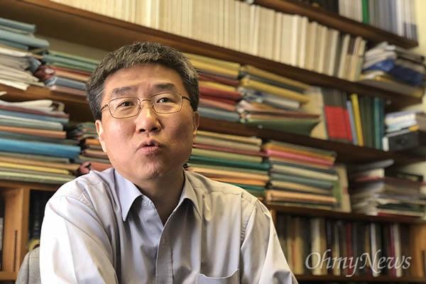 장하준 영국 케임브리지대 교수가 자신의 학교 연구실에서 기자와 만나 이야기를 나누고 있다.