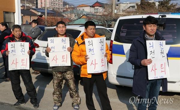 박종철 경북 예천군의회 의원이 해외연수 도중 가이드를 폭행한 혐의로 11이 ㄹ오후 에천경찰서에 출두한 가운데 지역민들이 구속수사를 촉구하는 피켓을 들고 있다.