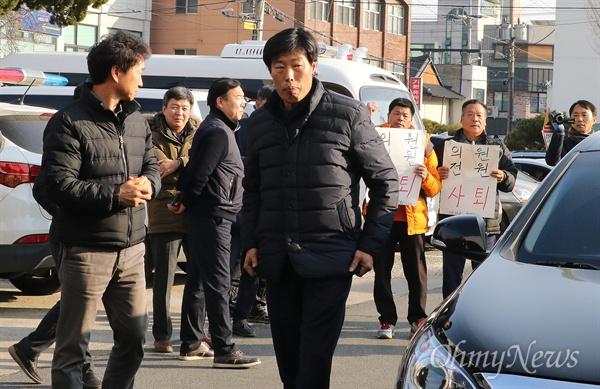 '가이드 폭행' 박종철 예천군의원 경찰 소환 지난해 12월 해외연수 당시 현지 가이드들 폭행해 물의를 빚고 있는 박종철 예천군의원이 11일 오후 조사를 받기 위해 경북 예천경찰서에 출두하고 있다.
