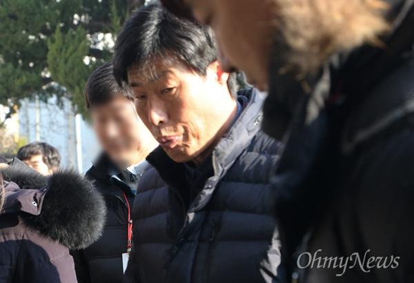 11일 오후 경북 예천경찰서에 출두한 박종철 예천군의원. 해외연수 당시 현지 가이드를 폭행한 혐의를 받고 있다.