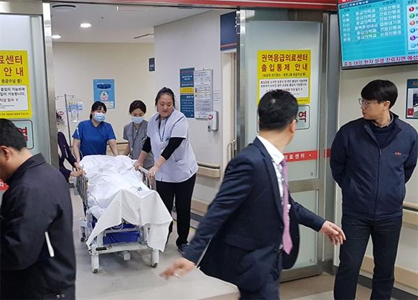 강릉아산병원에 이송된 학생이 고압산소치료를 받기 위해 이동하고 있다.
