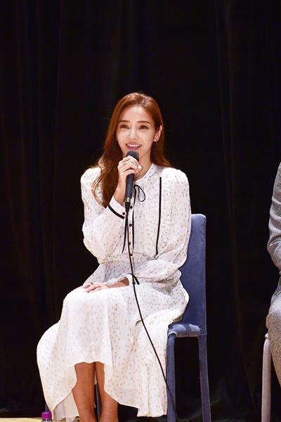 11일 경기도 일산 MBC드림센터에서 열린 MBC <신과의 약속> 기자간담회에서 배우 한채영이 질문에 답하고 있다.