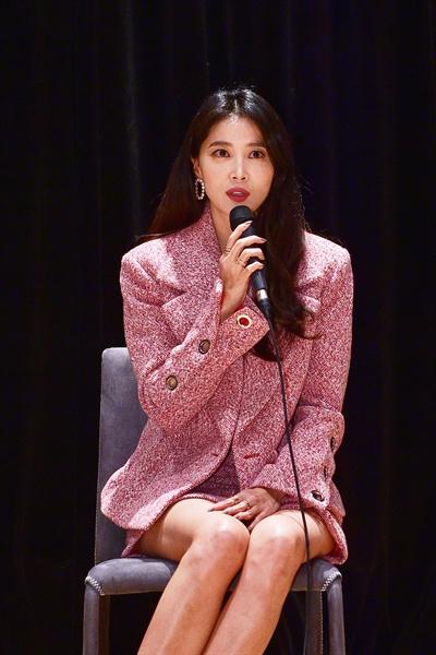 11일 경기도 일산 MBC드림센터에서 열린 MBC <신과의 약속> 기자간담회에서 배우 오윤아가 질문에 답하고 있다.