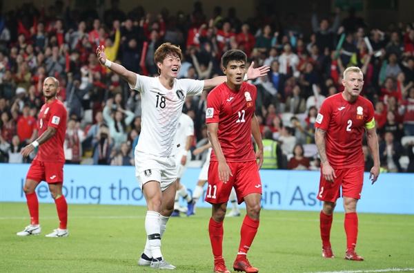 아랍에미리트 알아인 하자 빈 자예드스타디움에서 열린 2019 AFC 아시안컵 UAE 조별 라운드 C조 2차전 한국과 키르기스스탄과의 경기에서 황의조가 헤딩한 공이 골문 안쪽 라인을 넘었다고 항의하고 있다.