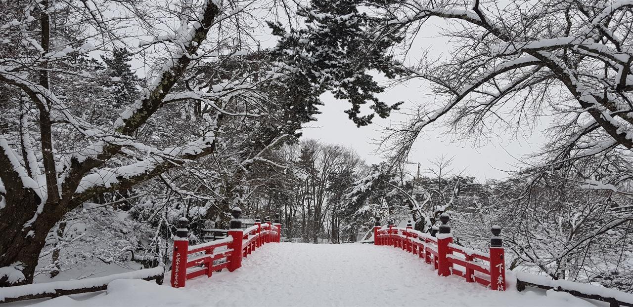 히로사키 공원 설경 봄에는 벚꽃 축제, 가을에는 단풍 축제, 겨울에는 눈 등롱 축제가 열린다