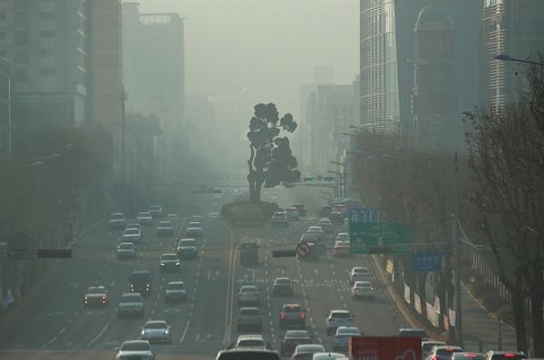 올해 첫 미세먼지 비상저감조치 2019년 새해 첫 미세먼지 비상저감조치가 시행된 13일 오전 서울 서초구 지하철 2호선 서초역 인근에 미세먼지가 드리워져 있다.