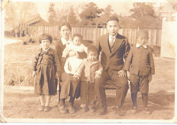 이극로 선생 가족사진(부인 김공순 여사와 자녀들) 1939년 12월 24일 결혼 10주년 기념으로 촬영