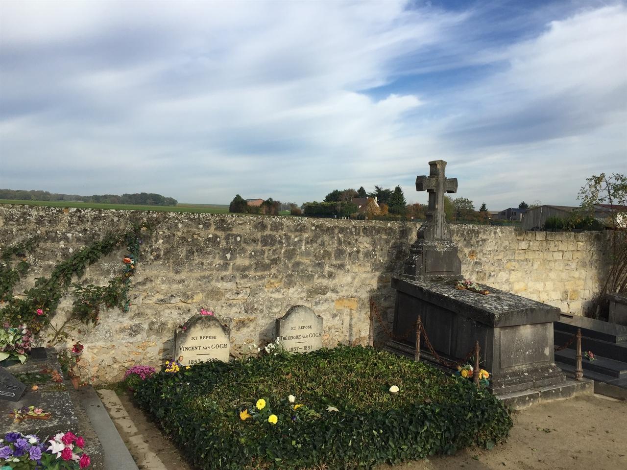 두 사람이었지만, 한 마음이었다.  고흐는 오베르에 묻혔습니다. 동생 테오도 고흐의 옆에 나란히 묻혔어요. 묘지의 담장 너머로 그가 생의 마지막을 맞이했던 오베르의 들판이 보입니다.