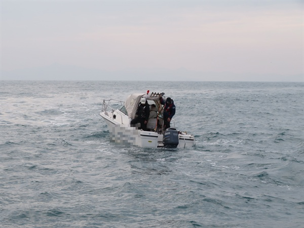 부산해양경찰서는 13일 오후 3시 49시경 남형제섬  인근 해상에서 침수되고 있는 레저보트 A호(2톤)를 구조했다.
