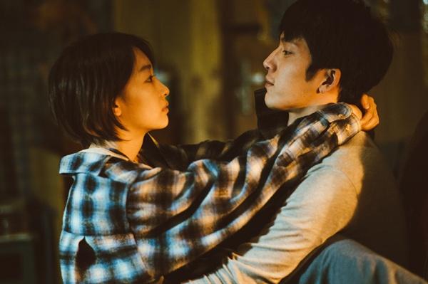 이 영화는 단연코 중국 멜로의 현재이자 대세이다. 영화 <먼 훗날 우리>의 한 장면.