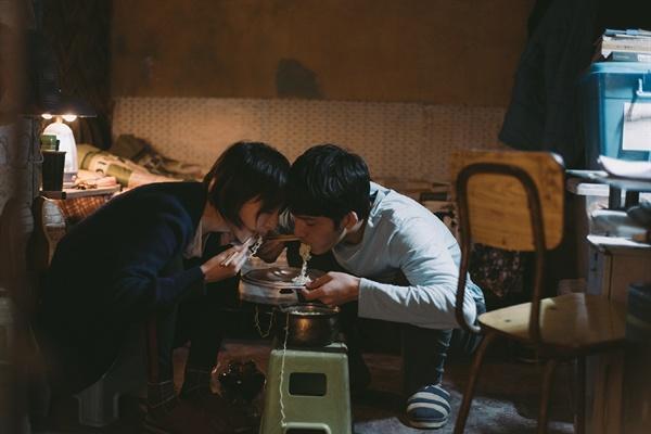 중국 청춘들의 현실을 들여다보는 데 사랑과 연애를 수단으로 사용한 것 같지만, 결국 다시 사랑이라고 말한다. 영화 <먼 훗날 우리>의 한 장면.