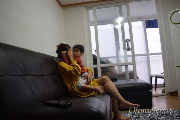 은유가 울고 있는 엄마를 안아줬다.