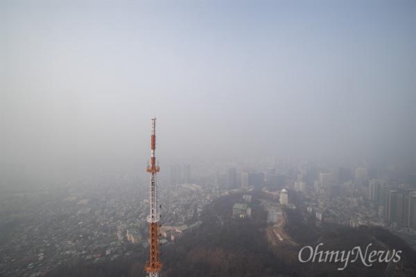 숨 막히는 서울 미세먼지가 매우나쁨 수준으로 미세먼지 비상저감조치가 시행 된 14일 오후 서울N타워에서 바라본 서울 일대가 뿌옇게 흐려 보이고 있다.