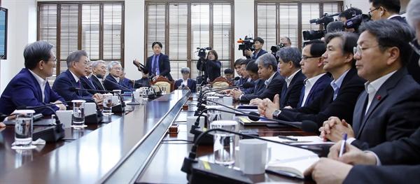문재인 대통령이 14일 오후 청와대 여민관에서 올해 첫 수석·보좌관회의를 주재하고 있다.