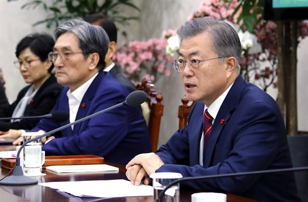 문재인 대통령이 14일 오후 청와대 여민관에서 열린 올해 첫 수석·보좌관 회의에서 발언하고 있다. 왼쪽은 노영민 신임 비서실장.