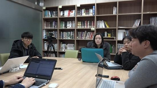 많은 취재원의 거절과 홀대를 무릅쓰고 인터뷰했던 경험을 털어놓는 취재기자들. 왼쪽부터 윤종훈, 이자영, 박지영, 박진홍 기자.