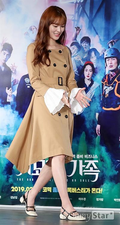 '기묘한 가족' 이수경, 긴장되는 막내 배우 이수경이 15일 오전 서울 동대문 메가박스에서 열린 영화 <기묘한 가족> 제작보고회에서 포토타임을 갖고 있다. <기묘한 가족>은 조용한 마을을 뒤흔든 멍때리는 좀비와 골때리는 가족의 패밀리 비즈니스를 그린 코믹 좀비 블록버스터다. 2월 14일 개봉 예정.