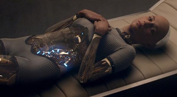 """영화는, """"인간과 A.I.의 차이가 무엇인가?""""라고 질문한다. 영화 <엑스 마키나>의 한 장면."""