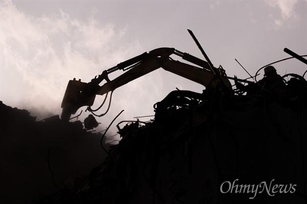 15일 오후 서울 중구 을지로 일대에 세운재정비촉진사업으로 공구거리의 건물들이 철거 작업 중이다.