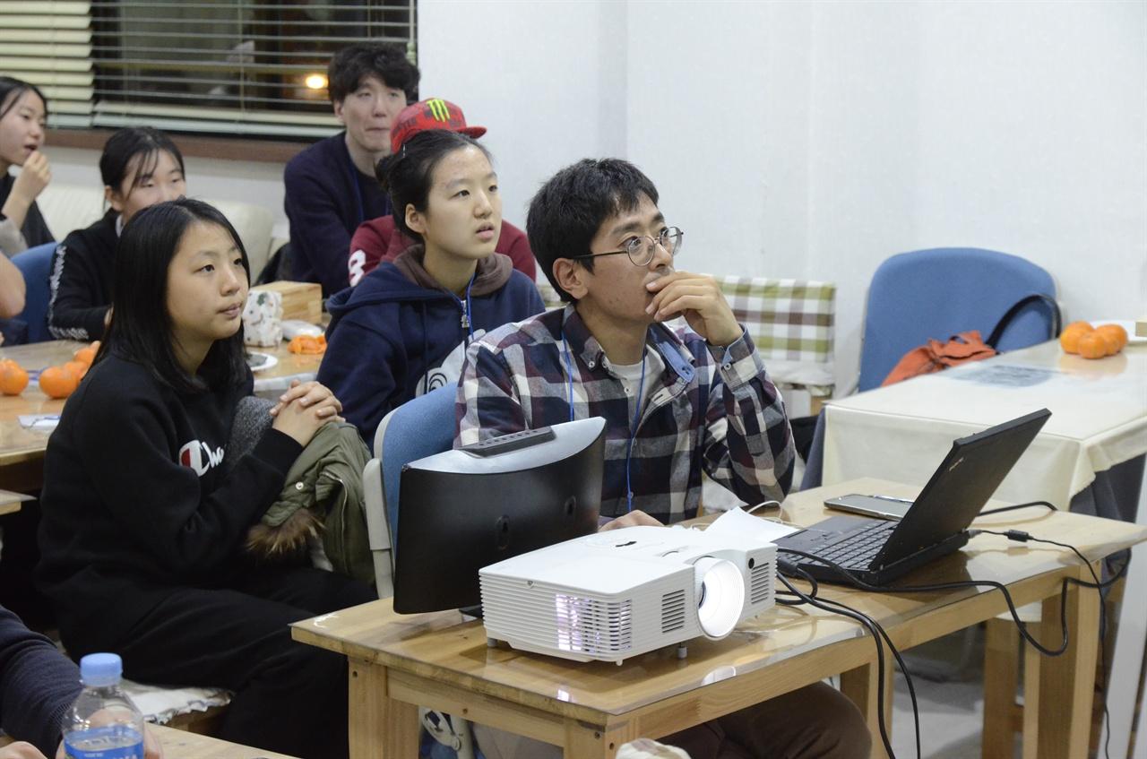 집중한 참가자들.
