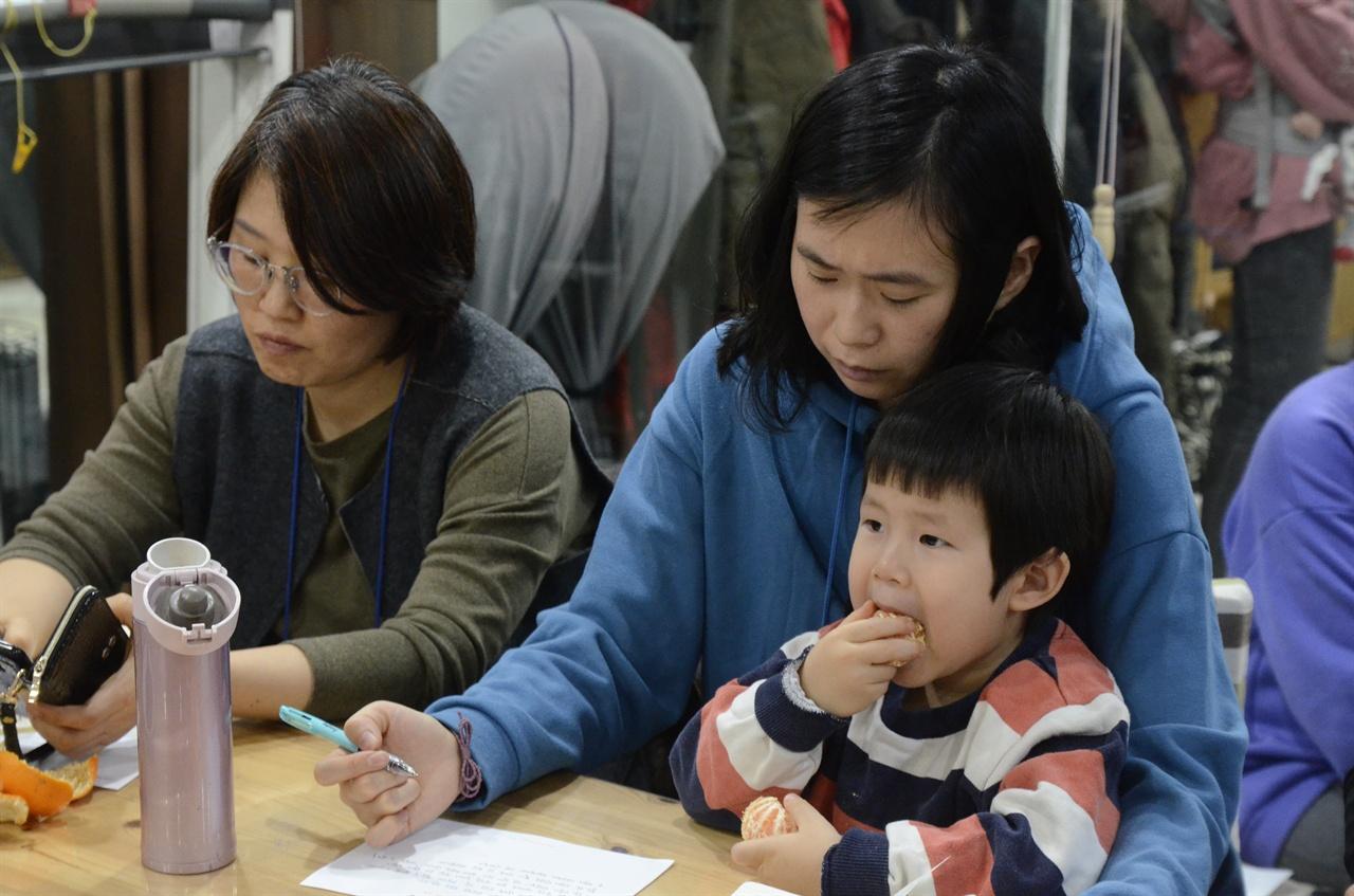 아이는 쉬는 시간을 즐기며 귤을 먹고 엄마는 감정을 추스려 글을 쓴다.