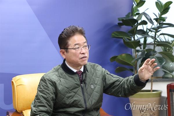 이철우 경상북도지사가 16일 대구시청 기자실에서 기자간담회를 갖고 대구공항 통합이전 결정을 전제로 부산의 가덕도 신공항 추진을 반대하지 않겠다고 밝혔다.