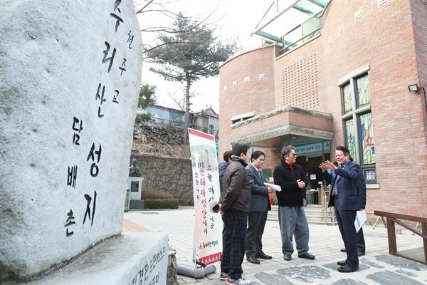 수리산 성지에서 최대호 안양시장(오른쪽)이 '역사성지'와 관련한 의논을 성당 관계자 등과 하고 있다. (
