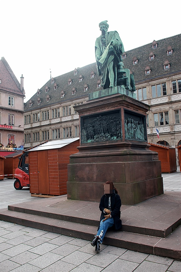 노트르담 대성당 앞 광장에 세워진 구텐베르크 동상 모습